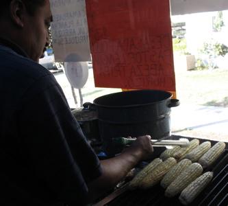 Leandro Herrera, corn roasting master at work, El Rey de el Elote Azado